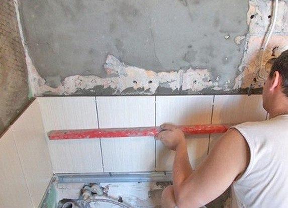 Укладка плитки в ванной своими руками на деревянный пол видео